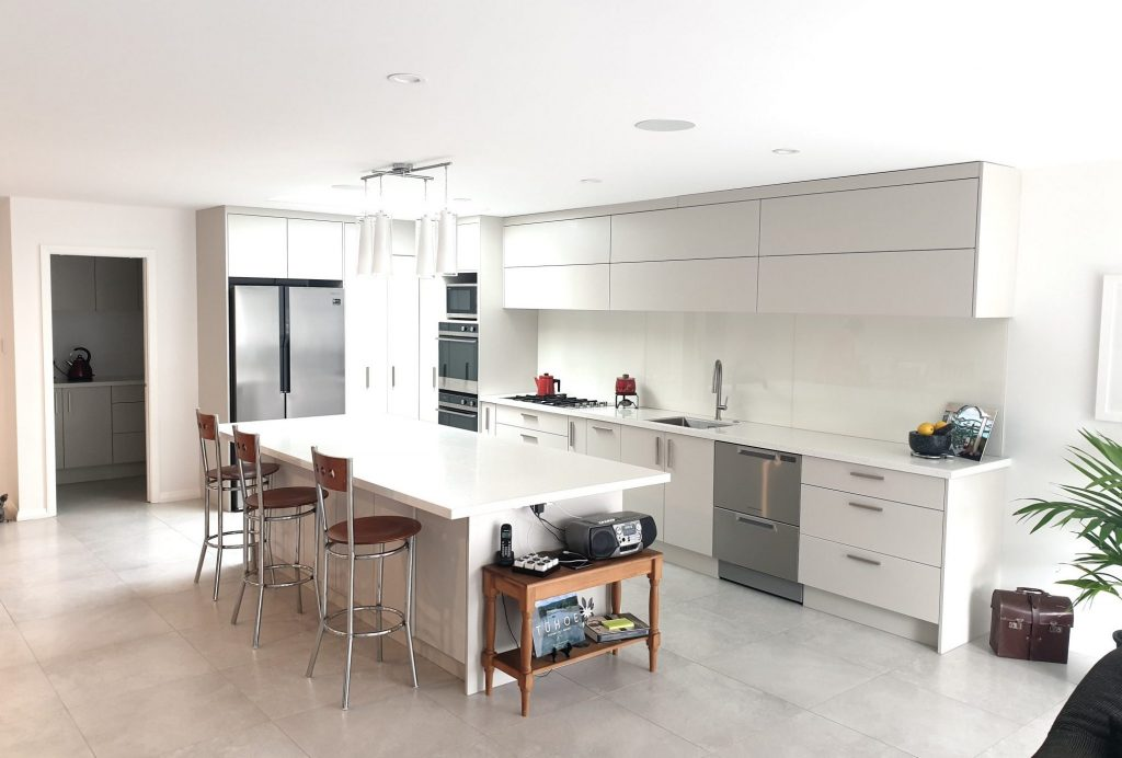 Kitchen with breakfast bar with 3 stools
